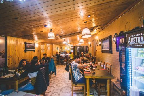 Un restaurante o sitio para comer en Hostal Alcázar