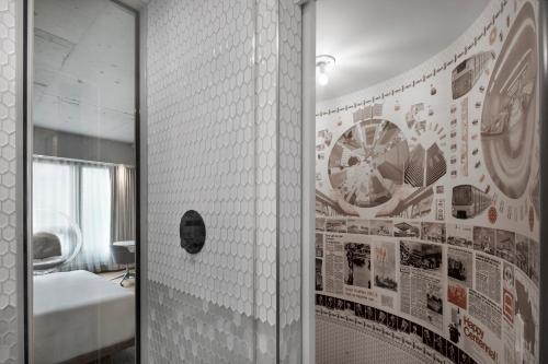 A bathroom at Hôtel Le Germain Montréal