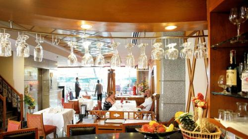 A restaurant or other place to eat at Majestic Suites Hotel