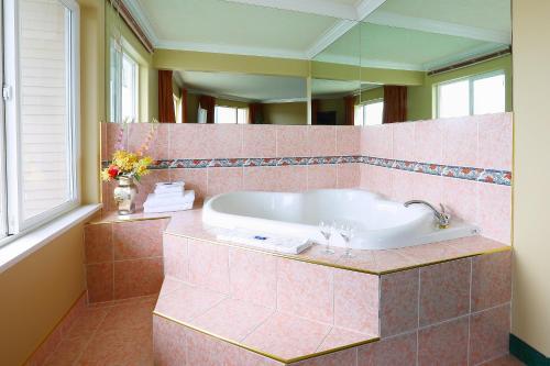 A bathroom at Glen Lyon Inn