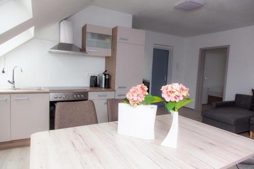A kitchen or kitchenette at Luft Apartments nahe Messe Düsseldorf und Airport 3A