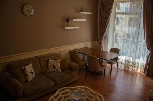 Uma área de estar em Funicular-Seaside&Flame Towers View Apartment by Atbaku.com