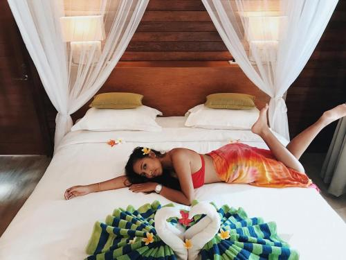 A bed or beds in a room at Darsan Lembongan Boutique Cottage