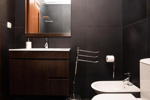 A bathroom at Modern 2 Bed Flat with Rooftop Pool & Private BBQ at Marina Lagos e Meia Praia