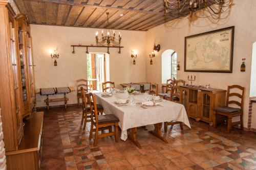 A restaurant or other place to eat at Smuku Muiža