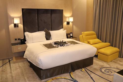 Cama ou camas em um quarto em Msharef Al Alam Suites Jazan