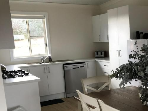 A kitchen or kitchenette at Arcadian Cabin - Southern Highlands River Retreat