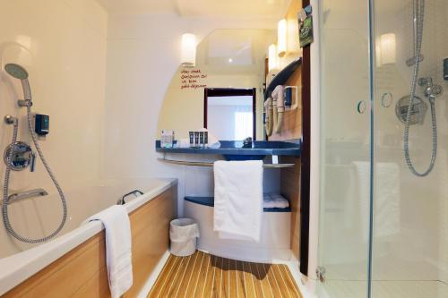 Salle de bains dans l'établissement Novotel Suites Nancy Centre