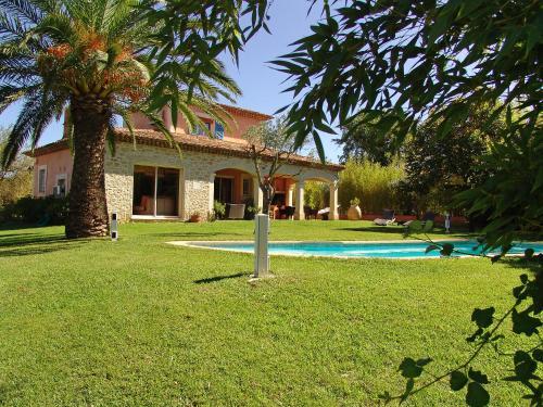 Het zwembad bij of vlak bij Holiday Home Villa Les Fourches