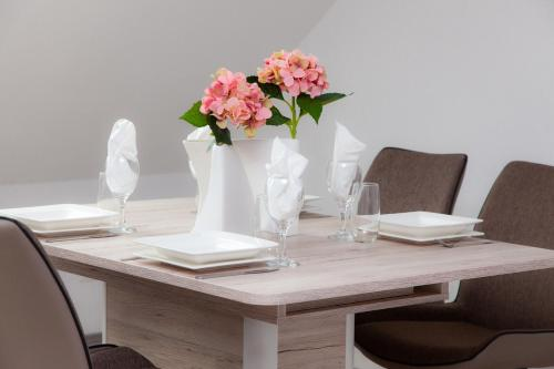 A restaurant or other place to eat at Luft Apartments nahe Messe Düsseldorf und Airport 3B