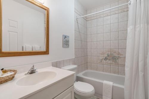 A bathroom at Hotel Manoir de la Tour