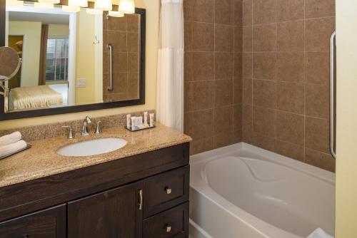A bathroom at Desert Paradise Resort By Diamond Resorts