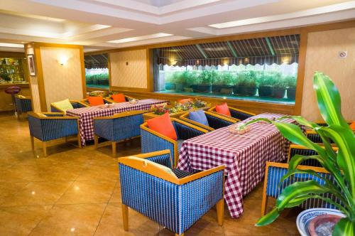 A restaurant or other place to eat at Guangdong Victory Hotel