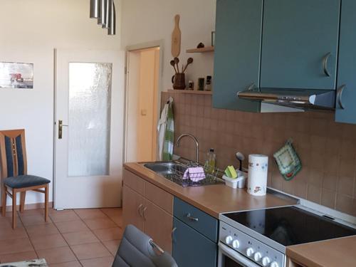 A kitchen or kitchenette at Vorbeischauen in Plauen 2