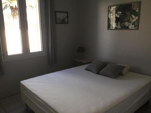 Un ou plusieurs lits dans un hébergement de l'établissement Maison bercée par le bruit de la mer