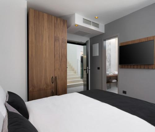 A bed or beds in a room at Hotel Delfin