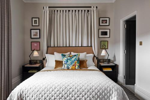 A bed or beds in a room at Kimpton - Fitzroy London, an IHG Hotel