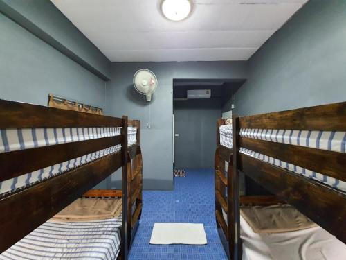 Een stapelbed of stapelbedden in een kamer bij Doi Doo Dao Home Hostel