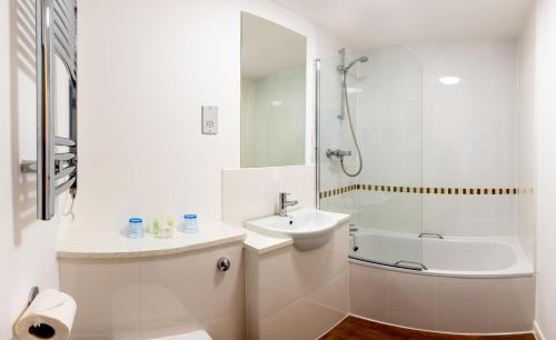 A bathroom at Kings Arms Hotel - A Bespoke Hotel