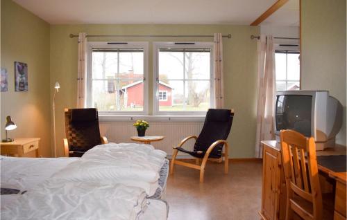 En tv och/eller ett underhållningssystem på 0-Bedroom Apartment in Ramkvilla