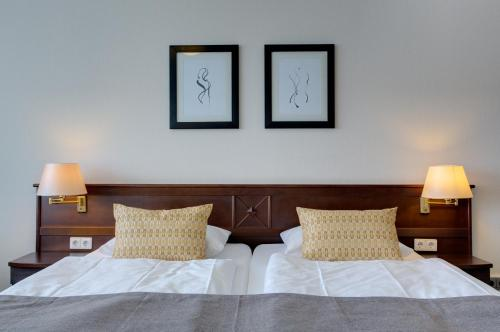 A bed or beds in a room at Hotel Sylter Hof Berlin Superior