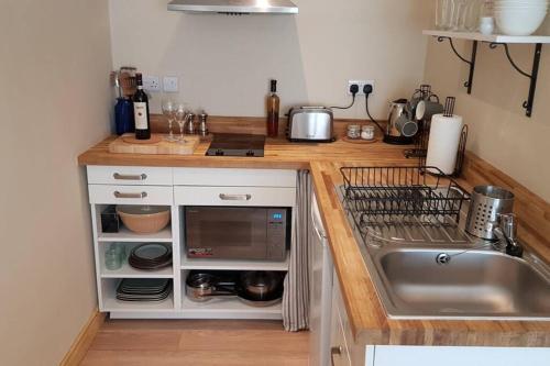 A kitchen or kitchenette at Bristol Little House