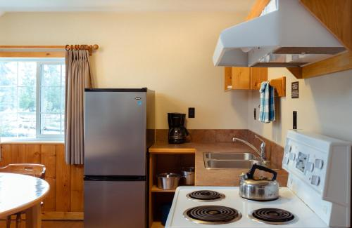 A kitchen or kitchenette at Pine Bungalows