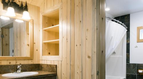 A bathroom at Pine Bungalows