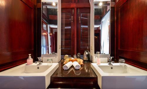 A bathroom at The Sanctuary Pakbeng Lodge