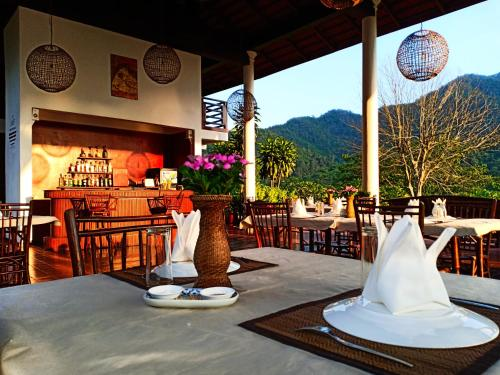 A restaurant or other place to eat at The Sanctuary Pakbeng Lodge