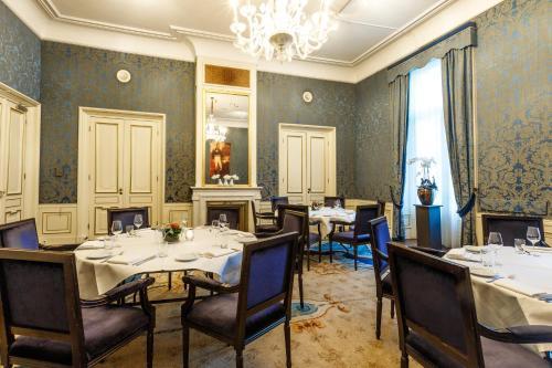 A restaurant or other place to eat at Fletcher Hotel Paleis Stadhouderlijk Hof