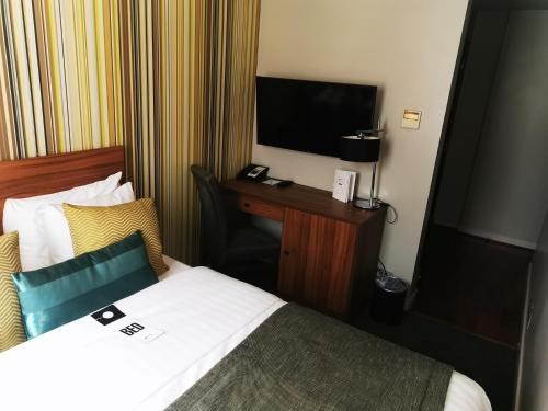 A television and/or entertainment center at Best Western Mornington Hotel Hyde Park
