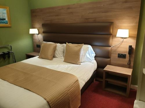 A bed or beds in a room at L'Hostellerie du Château de Bricquebec