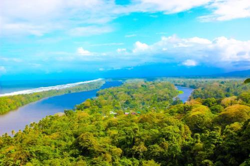Blick auf Hotel Tortuguero Beachfront aus der Vogelperspektive