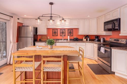 A kitchen or kitchenette at Classic Stowe Ski Chalet chalet