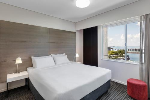 A bed or beds in a room at Adina Apartment Hotel Darwin Waterfront