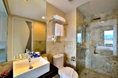 Kamar mandi di Serela Cihampelas by KAGUM Hotels