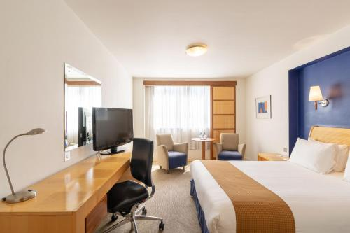 A television and/or entertainment center at Holiday Inn Gloucester / Cheltenham, an IHG Hotel