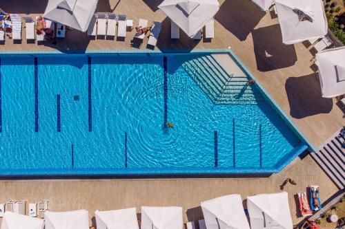 Widok na basen w obiekcie Mobile Homes Camping Omišalj lub jego pobliżu