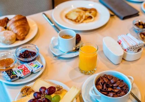 Options de petit-déjeuner proposées aux clients de l'établissement Hotel des Bains de Saillon