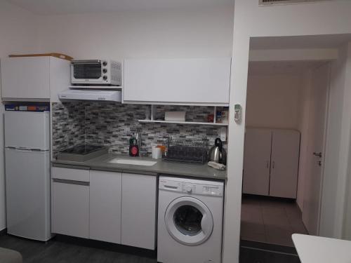 A kitchen or kitchenette at Eilot