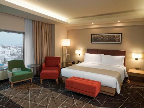 Кровать или кровати в номере Holiday Inn Chennai OMR IT Expressway, an IHG Hotel