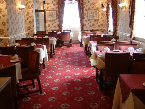 A restaurant or other place to eat at The Windmill Family & Commercial Hotel