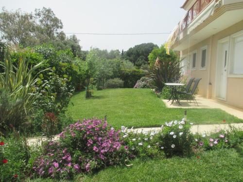 A garden outside Villa Verde Apart-Hotel