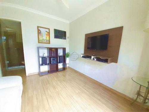 A television and/or entertainment centre at Apartamento completo em bairro nobre - c/ garagem