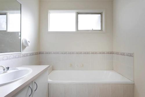 A bathroom at Lamplighter Motel