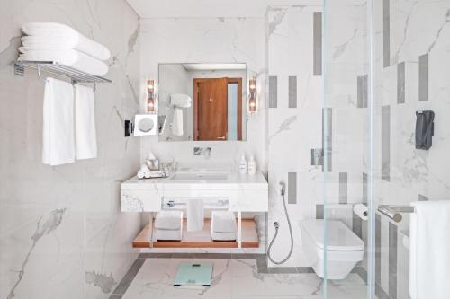 A bathroom at Holiday Inn Dubai Al-Maktoum Airport, an IHG Hotel