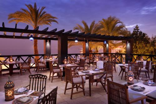 A restaurant or other place to eat at Mövenpick Resort & Residences Aqaba