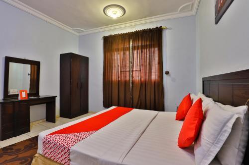 Cama ou camas em um quarto em OYO 431 Marina Taiba Hotel