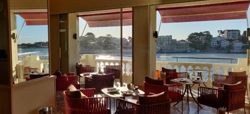 A restaurant or other place to eat at Splendid Hôtel
